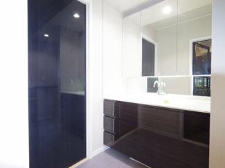 ホテルライクな大きな洗面台は二人並んでも使用できます。