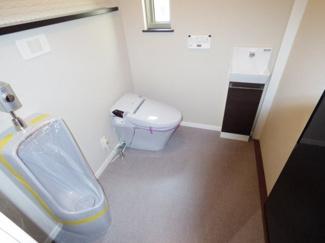 2Fのトイレは男性用小便器も完備