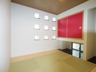琉球畳にアクセントある明り取りでおしゃれな和室となっています。