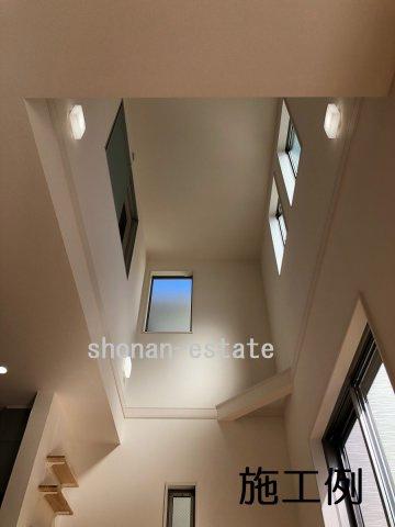 リビング上部は吹抜け仕様で開放感たっぷり☆  ※建築中につき施工例です。