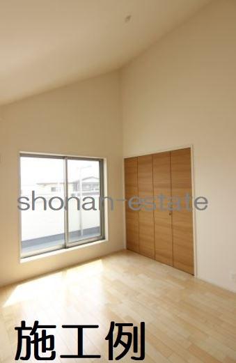 主寝室は開放感のある勾配天井☆  ※建築中につき施工例です。