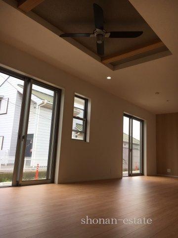 リビングはお洒落な折上天井になっています☆  ※建築中につき施工例です。