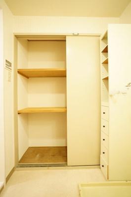 洗面所にも収納があり、リネン類の収納に便利♪