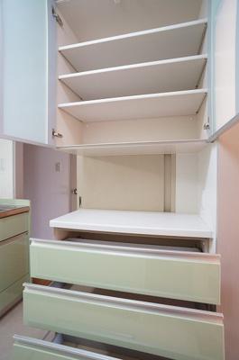 キッチンのカップボードはたっぷり収納できます♪