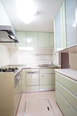 L型キッチンには3口コンロ、グリル・食洗機付き!カップボードも有ります♪