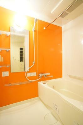オレンジが印象的な明るい浴室!追焚きあり♪浴室乾燥機付き♪
