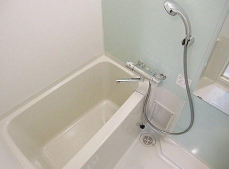 浴室乾燥機付のバスルーム。