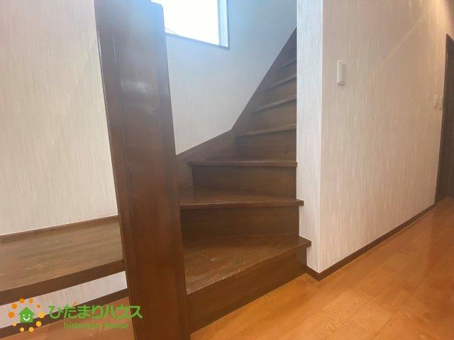 2階へと続く階段です。