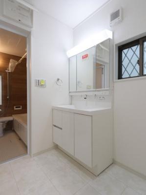 独立洗面台、小物を置くことができて便利です 吉川新築ナビで検索