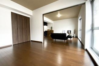 《洋室6帖》こちらのお部屋にはクローゼットが完備されています。南側バルコニーに出られます。