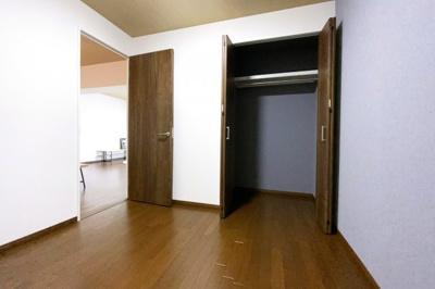 《洋室4.5帖》LDKの続きには、もう1部屋ございます。こちらのお部屋にもクローゼットがありますので収納には困りません。