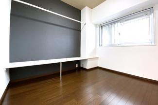 《洋室4.4帖》こちらのお部屋には《カウンター》と《ハンガーポール》を設置しています。