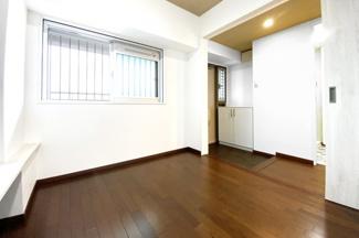 玄関側のこちらの洋室は扉を全開し、広い玄関ホールとして・フリースペースとして・WICとして・もちろん居室としてもご利用して頂けます。
