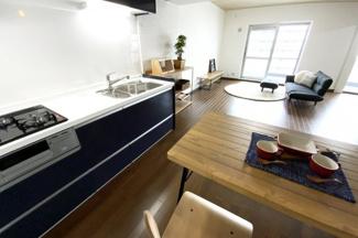 システムキッチンは収納が多くて助かりますね♪14帖の広々LDKで快適な暮らし(^◇^)