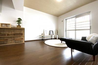 リビングスペースには、ソファーを設置するのに十分な余裕があり、ご家族で楽しく寛げますね。