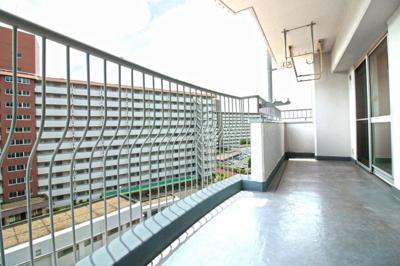 南側バルコニーはワイドで2WAYタイプ、洗濯物もたくさん干せてよく乾きます!7階部分なので眺望も良好です(●^o^●)