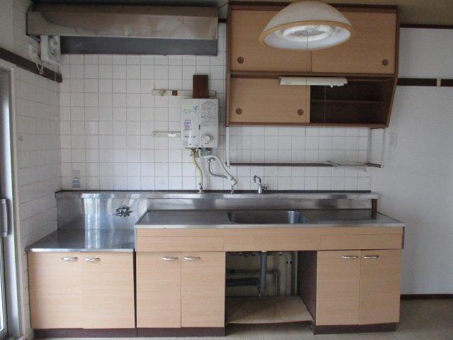 明るく広めのキッチンです。