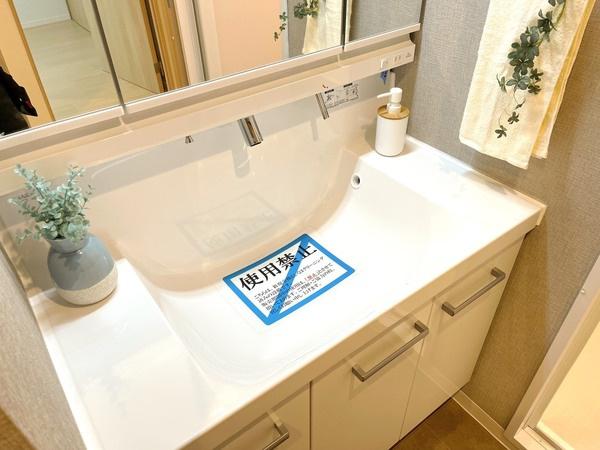 水たまりの出来ない縦型吐水栓の洗面台です