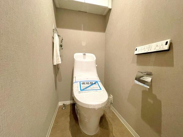 温水洗浄便座・収納棚付きのトイレです