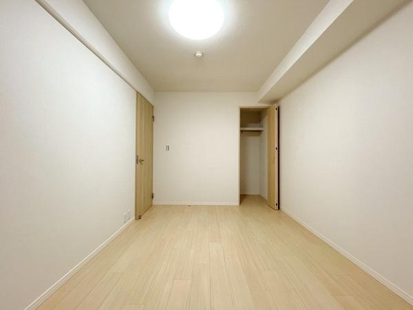 北側洋室約6.5帖です