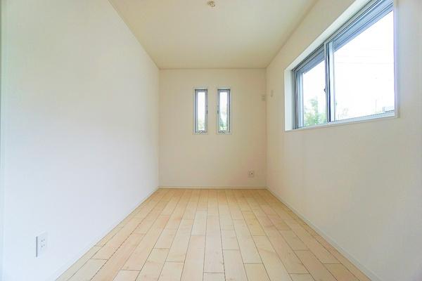 明るく収納豊富な洋室。 各室にクローゼットもあるので収納にも困りません! 荷物が多いい方にも安心。