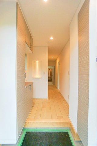 明るい玄関は収納も豊富です! 清潔感ある玄関。