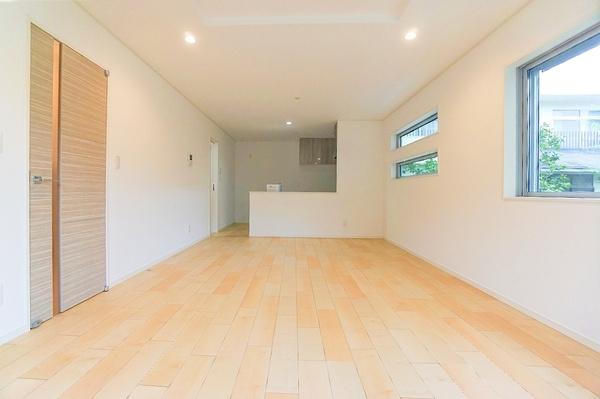 明るいリビングは、家族が集まる大事な空間。 形もよく家具の配置にも困りません!