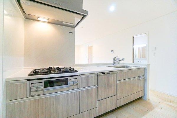 充実の設備がついたお洒落なキッチン。 食洗器付きなのは家事の負担を軽減してくれる嬉しいポイント♪ 新品のキッチンは気持ちが良いですね!