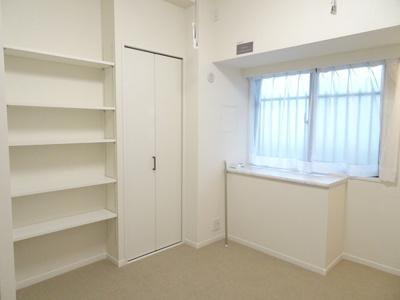 洋室には、収納と棚が完備♪