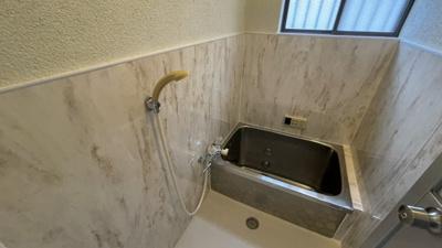 クロス張り替え済みで可愛いお風呂です。