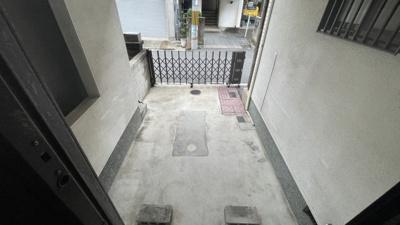 洋室Bから見た車庫です☆