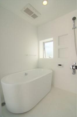 浴室には窓も付いています ※新築時写真