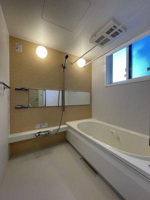 追焚機能・浴室暖房乾燥機付きバスルームです♪物干しバーも付いているので雨の日のお洗濯も安心ですね☆