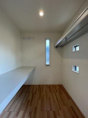 8.7帖洋室にあるウォークインクローゼット!たっぷり収納できるのでお部屋すっきり片付きます!