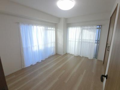 6.0帖の洋室は主寝室にいかがでしょうか。 2面バルコニーに面しており風通し◎開放感がございます。