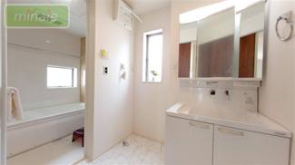 独立洗面台、小物を置くことができて便利です 同仕様施工例