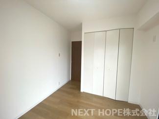 洋室5帖には大きなクローゼットが設けられております♪たくさんのお洋服・小物が収納できます!室内を有効に使用していただけます(^^)