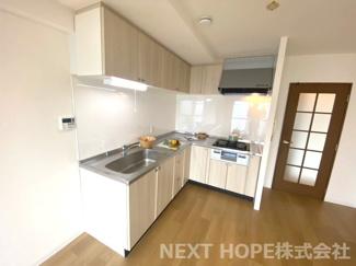 キッチンは作業効率の良いL字型システムキッチンです♪ナチュラルブラウンの素敵なキッチンでお料理も楽しくなりますね(^^)