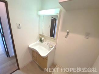 洗面化粧台はシャワー水栓で使い勝手もいいです(^^)鏡は三面鏡です!鏡の後ろは小物収納になっております♪