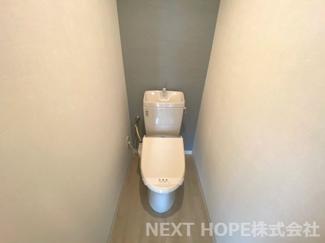 トイレです♪温水洗浄便座です!アクセントクロスでお洒落です♪