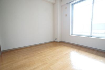 洋室は窓も大きく明るい♪