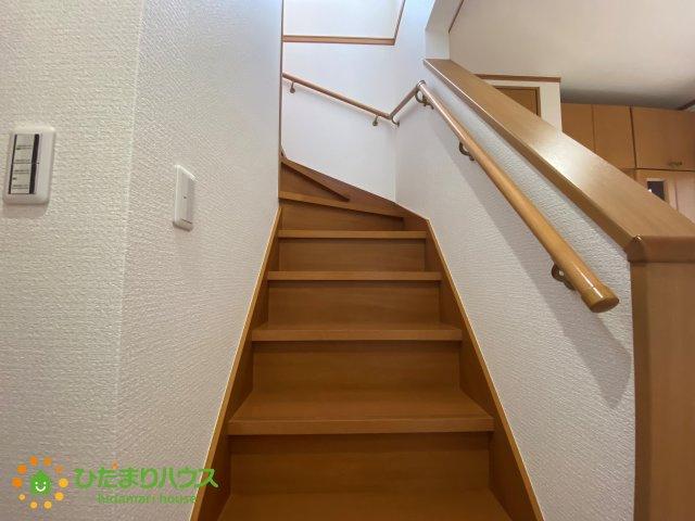 2階へと続く階段です!手すり付きで安全ですね♪