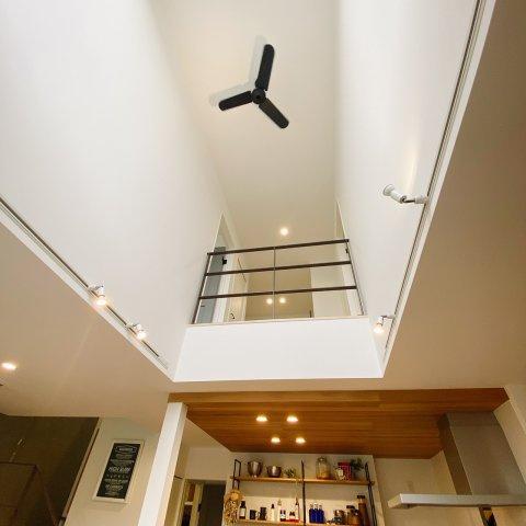 開放感のある吹き抜け♪天井が高く広々とした印象。シーリングファンが空気を循環させ、冷暖房の効率をあげてくれます♪