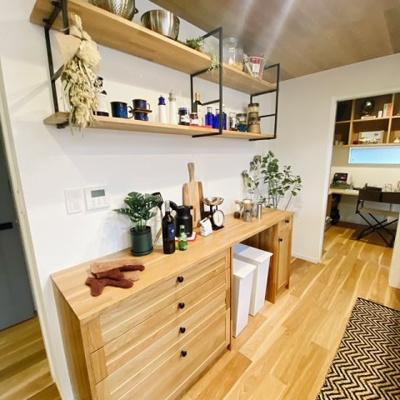 キッチンの収納棚には実用的なお鍋や調味料もインテリアとしてお洒落に映えますね☆☆☆
