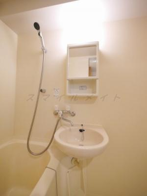 掃除もしやすいユニットバスです。浴室内に鏡もついています。