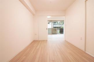 真ん中の居室洋室6帖です♪建具をオープンにしていただくとリビングからの広がる空間を確保できます!!