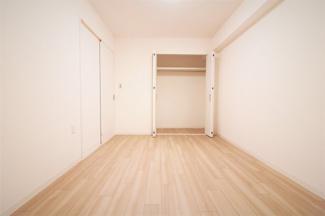 真ん中の居室です♪洋室6帖です♪大きなクローゼットも設けられており、たくさんのお洋服・小物が収納できます!!