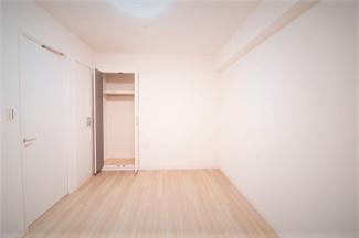 玄関横の洋室6帖です♪クローゼットが2ヵ所あり、たくさんの収納ができます!!