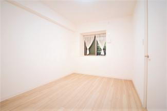 玄関横の洋室6帖です♪出窓でお部屋が広く感じられます!!
