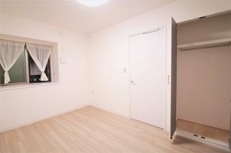 玄関横の洋室6帖です♪各居室には収納スペースが設けられており、室内を有効に使用していただけます!ぜひ現地でご確認ください!お気軽にネクストホープ不動産販売までお問い合わせを!!